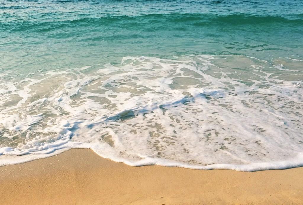 mar ola y arena
