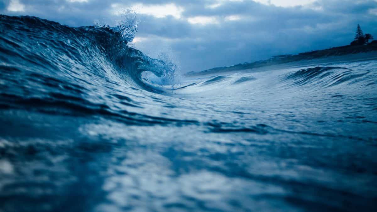 imagen de oceano con olas